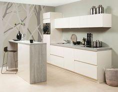 Hip en trendy! Deze greeploze magnolia keuken is voorzien van een gezellig bargedeelte. Met de extra klepkasten heeft u alle ruimte om uw keukengerei op te bergen. De houten bar en het werkblad geven de keuken een natuurlijke uitstraling.