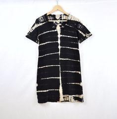 Jersey Shirt Kleid in schwarz und Beige Shibori Schichten Muster Hand gefärbt und in meinem Studio entworfen. Inspiriert durch Rock-Strukturen, die Wüste Boden und gebrochene Flussbetten Musters Farbstoff Schichten Hand mit Shibori Farbstoff Methoden gebunden ist. <><><>    Jedes Stück wird durch die organische Natur der Farbstoff leicht unterscheiden.    <><><>    Größentabelle:  Klein: Brust 30,5 Taille 25-26 vorne Körperlänge: 34,5  Medium: Brust 32,5 Taille 27-28 vorderen Körperlänge…