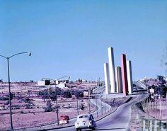 1957, los principios de Cd. Satélite Torres de Ciudad Satélite, Naucalpan, Estado de México. Arquitectos Luis Barragán y Mathías Goeritz. 1957-1958.