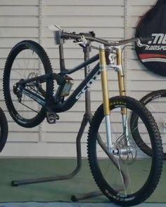Downhill Bike, Mtb Bike, Bmx Bikes, Bicycle Paint Job, Bicycle Painting, Recumbent Bicycle, Bike Handlebars, Motorized Bicycle, Dh Velo