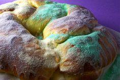 KING CAKE  Una torta arcobaleno, le cui origini si collocano precisamente a New Orleans. Un ciambellone di pane, intrecciato e ricoperto da una glassa coloratissima, viola, verde, oro.