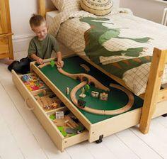 Gavetas embaixo de cama de quarto infantil guardam brinquedos de montar
