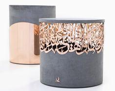 Tamboretes de concreto com esculturas caligráficas arábicas de metal de Iyad Naja - Stuffhood