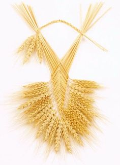 Like woven gold. Straw Weaving, Weaving Art, Loom Weaving, Basket Weaving, Pictures On String, Felt Pictures, Wheat Decorations, Corn Dolly, Straw Art