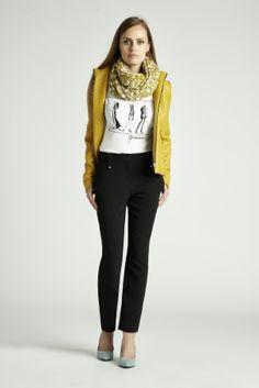 Czasem każda z nas potrzebuje wrzucić na luz. QUIOSQUE udowadnia, że  nieformalny look może być bardzo kobiecy. #QSQ #fashion #inspirations #outfit #ootd #look #fall #autumn #black #white #yellow #casual #color #accent #casual #mustard