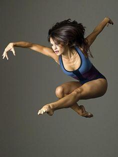 danse contemporaine, saut gracieux danseuse contemporaine