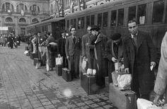Estación de Francia en Barcelona: Trabajadores españoles a punto de subir a los trenes que les conducirían a la Alemania nazi para trabajar en las industrias de guerra
