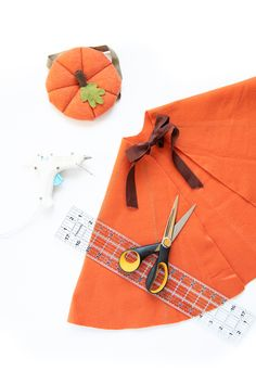Five Minute Felt Costume Cape Tutorial (no sew! Halloween Costumes For 3, Family Costumes, Baby Halloween, Diy Costumes, Hero Costumes, Halloween Crafts, Cape Tutorial, Diy Cape, No Sew Cape