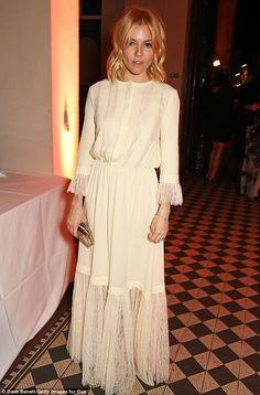 Sienna Miller looks stylish in peasant dress at High-Rise premiere Fashion Moda, Boho Fashion, Fashion Dresses, Fashion Bags, Fashion Trends, Kendall Jenner, Sienna Miller Style, Mayfair, Poppy Delevingne