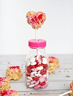Perfect for Valentine's Day - these yummy and cute treats will hit the spot! Strawberry Parfait, White Strawberry, Dessert Dips, Fun Desserts, Rice Krispie Treats, Rice Krispies, Valentine Treats, Valentines, Rainbow Fruit