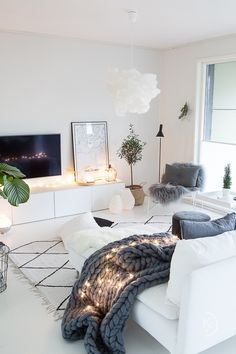 Hygge living room, hygge, hyggeilyä, olohuone, string lights,