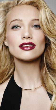 Aplica brillos de labios por capas para crear un look ultra glamuroso.