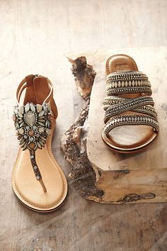 Jasper & Jeera Pomona Thongs - anthropologie.com goes great with Heritage Blossom earrings from www.RLBellesBoutique.com