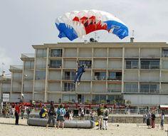 Parachutisme sur la Grande Plage de Quiberon dans le Morbihan en Bretagne sud
