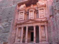 ユーラシア旅行社のヨルダンツアーでは、世界遺産ペトラ遺跡を終日観光。