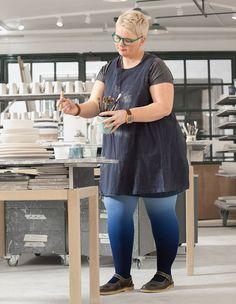 Die Färbetechnik Dip Dye gibt es für Kompressionsstrümpfe und Kompressionsärmel in der Ödemtherapie. Geeignet für Lipödem- und Lymphödem-Patienten. In den Farben Mohn und Blaubeere. Batik, Trends, Dip Dye, Dips, Furniture, Collection, Style, Home Decor, Strong Women