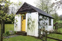 Werkschuurtje van Roald Dahl, lees meer: www.levenintuinen.nl Writing Studio, Build Your Own Shed, Yellow Doors, Le Havre, Roald Dahl, Little Houses, Tiny Houses, Green Houses, Apartment Therapy