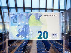 """El nuevo billete de 20 euros, es el tercero de la serie Europa, y tiene como principal elemento innovador una """"venta con retrato"""" que está insertada en el holograma. De esta forma, al mirar al trasluz la ventana se vuelve transparente y muestra un retrato del personaje mitológico Europa por los dos lados del billete."""