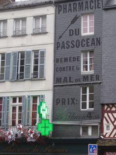 Le musée Allais À Honfleur. (bon le musee est a cote, mais la pub de la pharmacie voisine est trop bonne. pratiquement un clin d'oeil allais-ien).