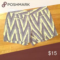 Patterned shorts Mid rise patterned shorts, linen-type material. Worn around 10 times. Kenar Shorts