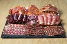 Let's take a look at these 25 Christmas food platter inspirations. Meat Cheese Platters, Meat Platter, Food Platters, Charcuterie Meats, Charcuterie And Cheese Board, Raclette Party, Christmas Dishes, Party Buffet, Sweet 16 Parties