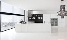 Cucina moderna e dal design lineare, City permette una veloce riconfigurazione degli spazi in base alle esigenze del momento grazie agli esclusivi piani estraibili che diventano pratici tavoli o piani snack.