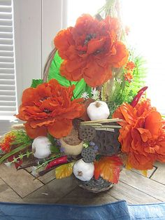 oranžová dekorácia v košíku