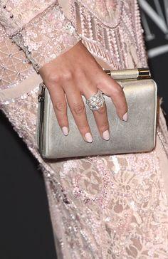 Pin for Later: Wir haben ganz genau hingesehen: Die besten Accessoires der Golden Globes  Chrissy Teigen trug zu ihrem Abendkleid von Zuhair Murad eine metallische Clutch.
