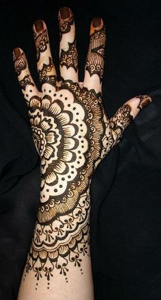 Mehndi is basically use for skin decorating in Pakistan, India, and UAE. Now also burn up a new trend of mehndi tattoo in western countries. Mehndi Tattoo, Henna Tattoo Designs, Mehndi Art, Mehandi Designs, Henna Mehndi, Henna Art, Hena Designs, Easy Mehndi, Henna Mandala