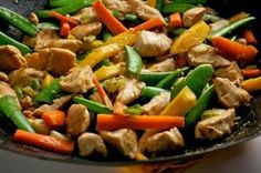 Chicken stir-fry with peanut sauce is one of the recipes I cook most often during the week. It's one of those recipes that doesn't really taste like you're eating healthy, but you are! Vegetable Stir Fry Rice, Vegetable Medley, Stir Fry Recipes, Healthy Recipes, Kosher Recipes, Detox Recipes, Healthy Stir Fry, Think Food, Chicken Stir Fry