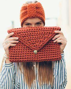 WEBSTA @ _uzelok_ - Сумочка и повязка доступны для заказа Photo: @dariaegudina Model: @helenasmirnovae #вязание #uzelokbags