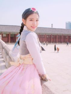 Không chỉ blogger Hàn, blogger Trung Quốc cũng toàn những cô nàng vừa xinh vừa giỏi - Ảnh 28. Korean Traditional Dress, Traditional Dresses, Korean Hanbok, Cute Korean, Korean Outfits, Korean Women, Ulzzang Girl, Korean Fashion, Cool Outfits