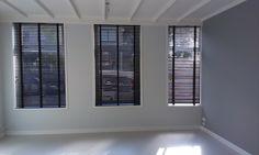 @zonnelux Houten jaloezieen 50 mm lamelbreedte in het zwart geplaats Living Styles, Home Bedroom, Shutters, Window Treatments, Interior Inspiration, Ramen, Blinds, New Homes, Windows