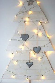 A rustic white Christmas love love love! Christmas Tree Design, Noel Christmas, Xmas Tree, Winter Christmas, All Things Christmas, Pallet Christmas, Homemade Christmas, Rustic Christmas, Navidad Diy
