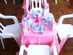 A Estimula Kids usou toalhas coloridas, flores e itens personalizados para decorar esse chá de bonecas