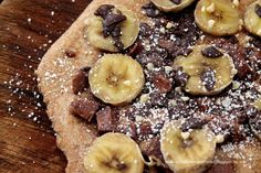 Schokopizza mit Bananentopping.  Süße Pizza  {About Loaves and Fishes}  Sweet pizza with chocolate and bananas