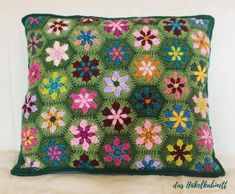 Gorgeous Flower Cushion Pattern To Use Up Your Leftover Scrap Yarn - Knit And Crochet Daily Crochet Pillow Patterns Free, Knitting Patterns Free, Free Crochet, Free Pattern, Knitted Cushion Covers, Knitted Cushions, Crochet Home, Knitting Yarn, Crochet Flowers