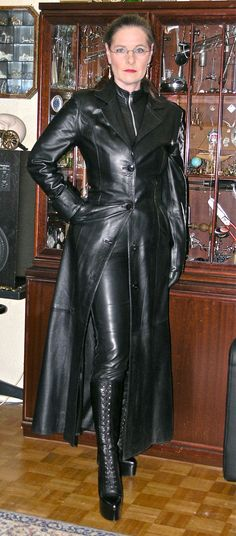 Long Leather Coat, Leather Trench Coat, Leather Gloves, Leather Pants, Black Leather, Mode Latex, Rubber Catsuit, Leather Dresses, Leather Outfits
