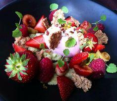 Fruits rouges ,rhubarbe confite et glace, céréales, praliné pétillant, atsina