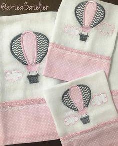 Compre Fraldas bordadas no Elo7 por R$ 85,00 | Encontre mais produtos de Enxoval do Bebê e Bebê parcelando em até 12 vezes | Kit de fraldas com três peças:  * 1 fralda de ombro, medidas 60 x 65 cm, com barrado de 11 cm, em tecido 100% algodão;  * 2 fraldas de boca, medidas 30 x 30 cm, com..., CFC530 Baby Crafts, Diy And Crafts, Applique Designs, Embroidery Designs, Patchwork Quilt, Baby Sheets, Art Desk, Baby Nursery Bedding, Color Club