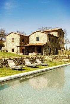 Mais umacasa de pedra italiana na Toscana, mais um lugar de simplesmente de tirar o fôlego! Uma fachada de pedra com uma varanda, quintal e piscina cabem como uma luva nesta paisagem montanhosa da…