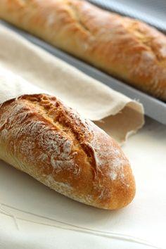 Auch als Brotanfänger kannst du leckeres Baguette backen. Dieses Dinkelbaguette mit Joghurt ist besonders einfach und trotzdem lecker.