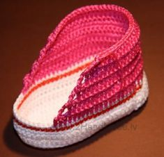 Ideas Knitting Baby Booties Crochet Converse For 2019 Crochet Baby Shoes, Crochet Baby Booties, Crochet Slippers, Crochet Beanie, Baby Knitting Patterns, Crochet Patterns, Crochet Converse, Baby Boots, Crochet For Kids