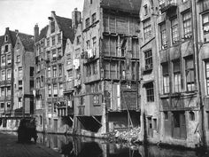 In 1927 the slums at the Oude Zijdsekolk were in the proces of being torn down. Amsterdam Holland, Amsterdam City, Amsterdam Jordaan, Beautiful Places To Travel, Best Places To Live, Street Image, Street View, Old Pictures, Old Photos