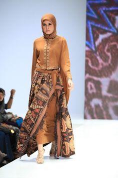 The Legend (Itang Yunasz and Ida Royani) - Indonesia Islamic Fashion Fair 2013 Islamic Fashion, Muslim Fashion, Modest Fashion, Hijab Fashion, Fashion Outfits, Womens Fashion, Blouse Batik, Batik Dress, Indonesia Fashion Week