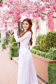 Áo dài - Lilly Luta diện áo dài nữ sinh dạo phố xuân Sài thành