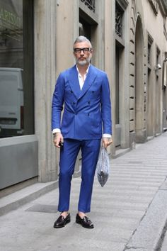 こんばんは、ミヤタケです。近年のイタリアではドライビングシューズやシャープなシューズの着用率がかなり落ちているのを実感します。タイトなジャケットにスリムなパンツという組み合わせが主流なのは変わりませんが、シューズはボリュームがあるほうが気分