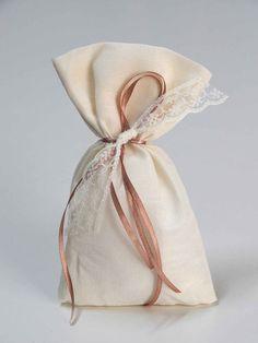 Μπομπονιέρα γάμου - Χειροποίητο πουγκί με καφέ σατέν κορδελάκι και δαντέλα. Η τιμή συμπριλαμβάνει το Φ.Π.Α. και 5 κουφέτα αμυγδάλου Χατζηγιαννάκη Anastasia, Burlap, Reusable Tote Bags, Hessian Fabric, Jute, Canvas