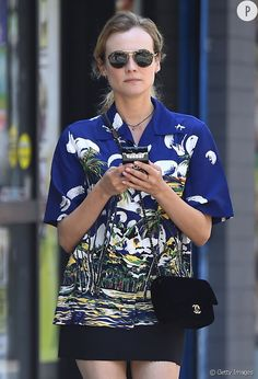 Diane Kruger opte pour la chemise hawaïenne.