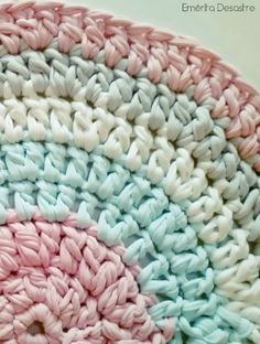 DIY alfombra de trapillo para bebé Pin for the beautiful colours Not in English Crochet Cross, Crochet Home, Love Crochet, Diy Crochet, Tapetes Diy, Cotton Cord, Knit Rug, Crochet T Shirts, Braided Rugs
